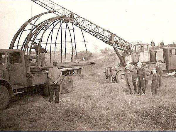 Historický snímek zarchivu hvězdárny Teplice, instalace kopule.