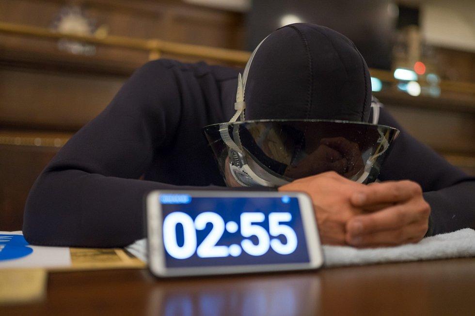 Teplický freediver David Vencl překonal světový rekord v umyvadlovém potápění. Pod vodou vydržel 4 minuty a 3 vteřiny.