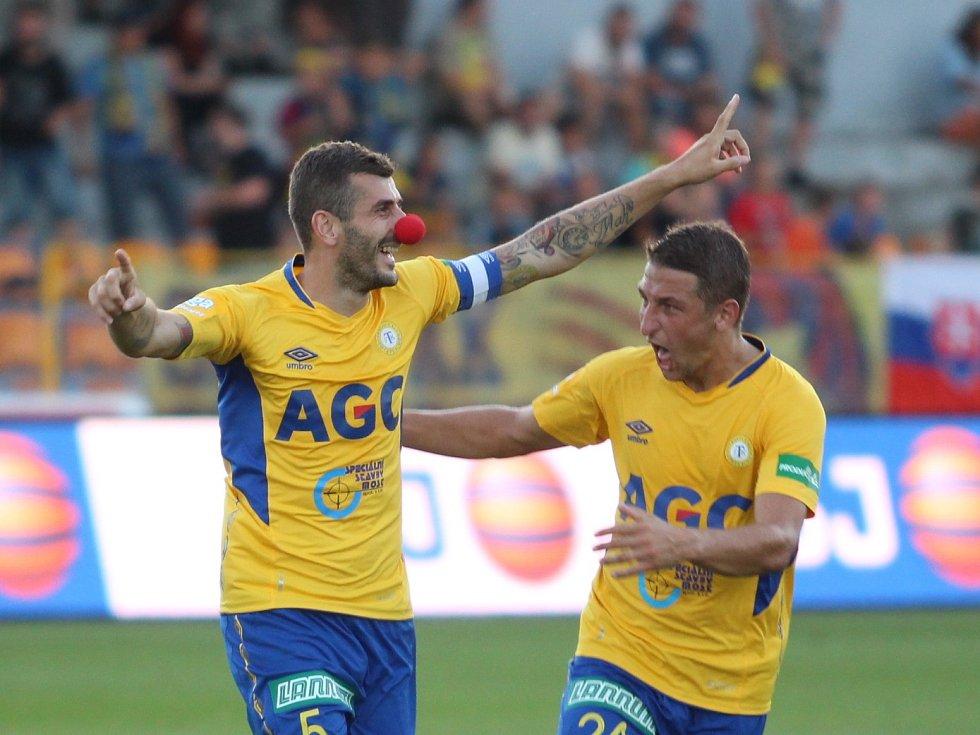 Admir Ljevaković slaví v Jihlavě se spoluhráčem Janem Krobem víěznou branku svých barev.