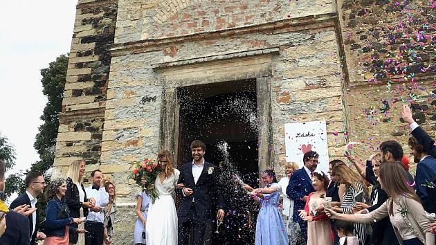 Štěpánka Šebková a Štěpán Veselský se vzali v kostele Sv. Jakuba Většího v Mrzlicích na Hrobčicku