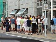 Fronta na vydání nových řidičských a občanských průkazů před teplickým magistrátem