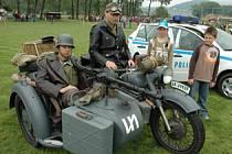 Vojenská technika a mětská policie byly v obležení dětí.