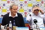 """V OPTIMISTICKÉM DUCHU se nesla čtvrteční tisková konference FK Teplice, ačkoli to podle výrazu ředitele klubu Petra Hynka tak nevypadá. To úsměv šéfa představenstva """"sklářů"""" Pavla Šedlbauera ilustruje náladu čtvrtečního předligového mítinku daleko lépe."""