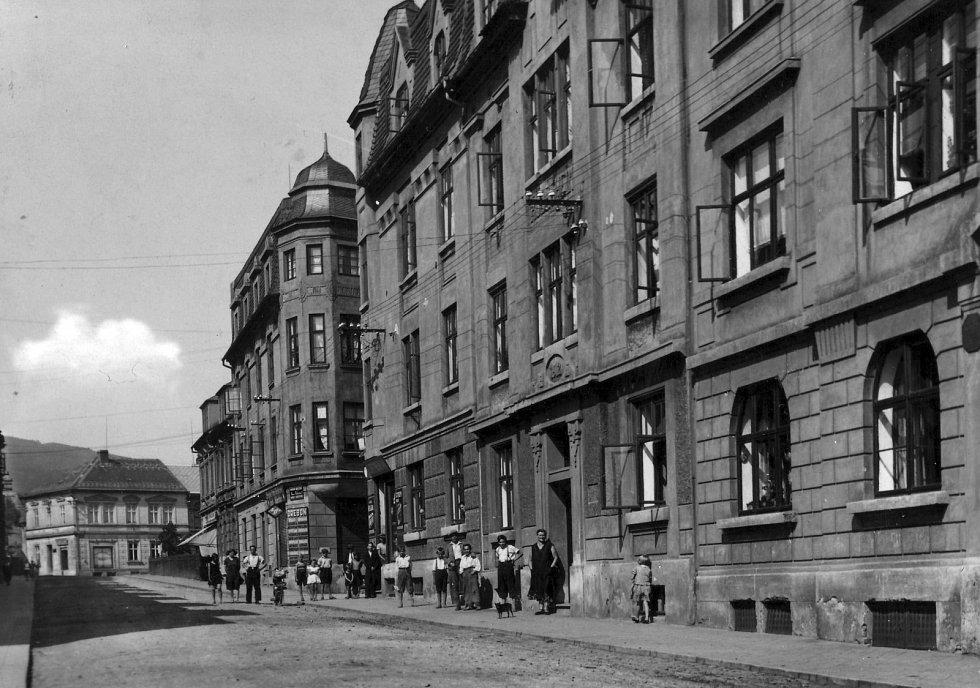 Poznejte město na historické fotografii.