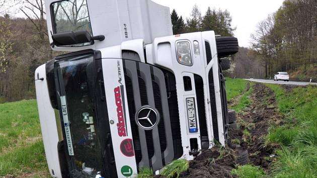Nehoda kamionu na silnici z Velemína do Bořislavi, v klesání z Paškapole do obce Bořislav.