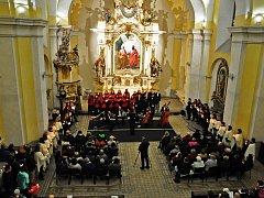 """Podzimní koncert """"Ve světle hudby"""" se konal v kostele sv. Petra a Pavla v Oseku."""