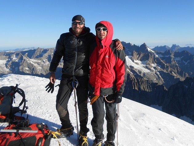 Pavel Pospíšil (vlevo) a David Souček na vrcholu hory Barre des Ecrins, výška 4102 m Francie.