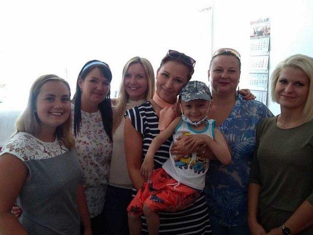 """V polovině srpna na tom byl Románek tak, že se mohl po dlouhé době přijít podívat za tatínkem do práce a potěšit svou přítomností i všechny """"tety"""" v Sambularu."""