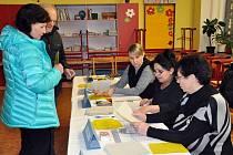 2. kolo prezidenstké volby v Teplicích - volební místnost ZŠ Edisonova