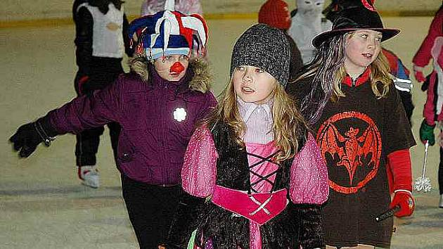 Na ledě teplického zimního stadionu bruslí i školy