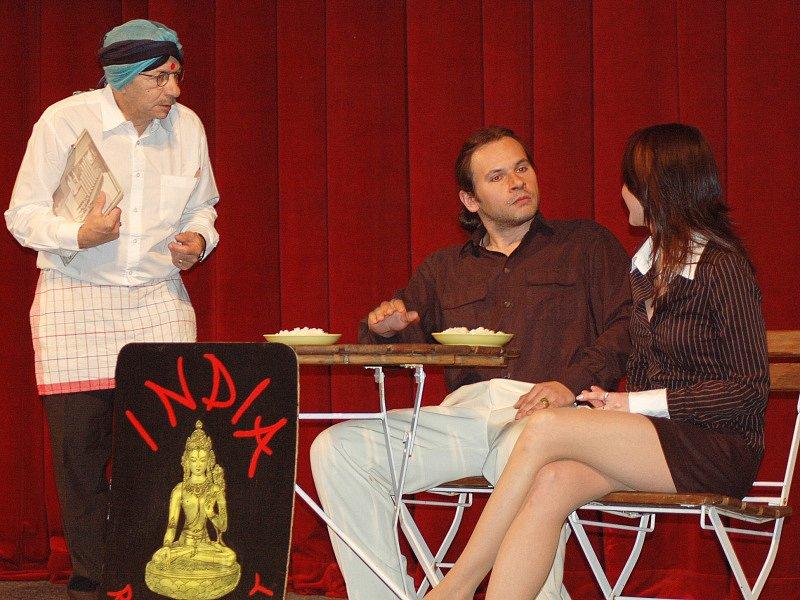 Divadelní hra, v níž Jaroslav Kubera ztvárnil číšníka v indické restauraci