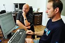 Petr Švácha (vpravo u PC) odpovídá na otázky čtenářů.