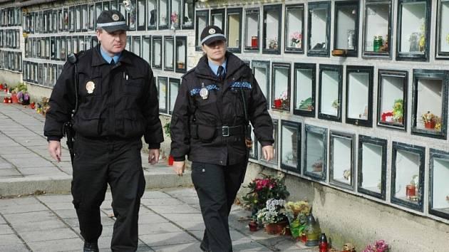 Tepličtí strážníci hlídkují na hřbitově