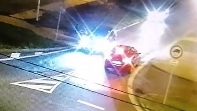 Auto přejelo dívce nohu. Policie hledá svědky nehody, ve čtvrtek 5. listopadu 2020 v době od 17:45 do 18:00 hodin v Teplicích.
