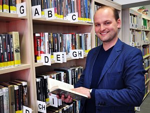 Hájská obecní knihovna. Na snímku je knihovník Karel Singer.