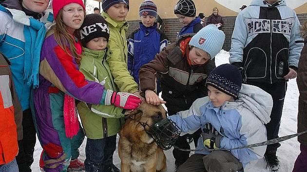 Šéf bílinských strážníků Pavel Ryjáček dělal šéfkuchaře, místo maxisněhuláka strážníka Bédi stavěly děti ze sněhu sopku