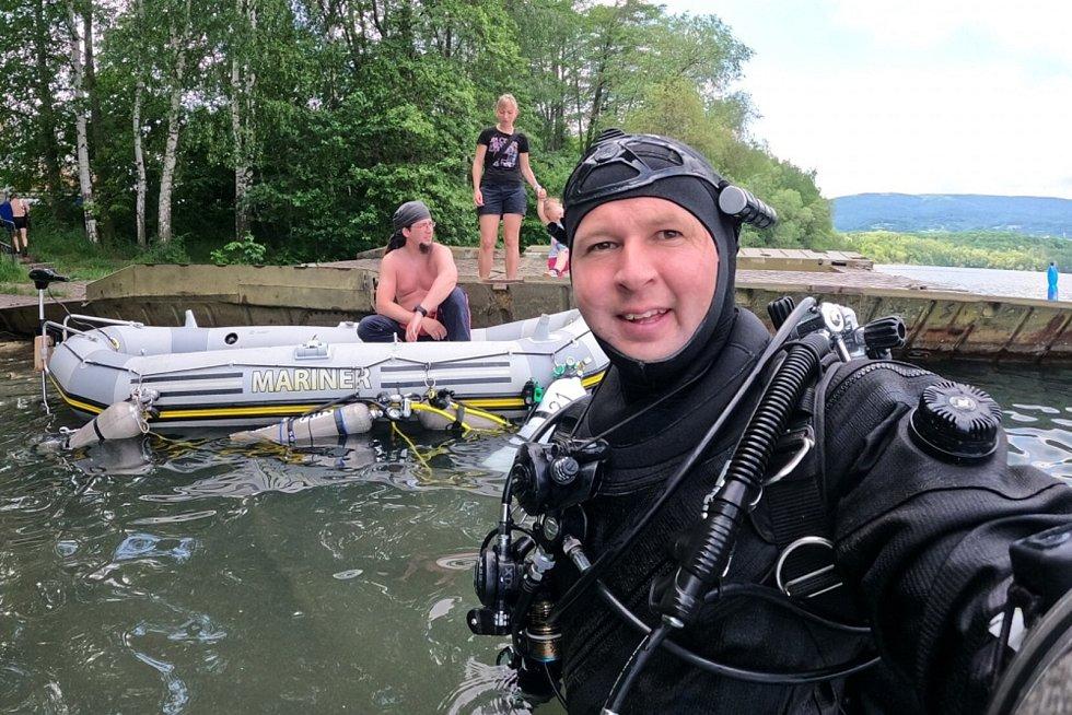 Ladislav Kábela a Patrik Štika podle kompasu obeplavali pod vodou zatopený uhelný důl Barbora u Teplic. Cesta jim trvala skoro pět hodin.