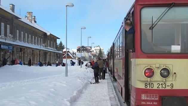 Motoráček do hor o víkend využilo hodně turistů.