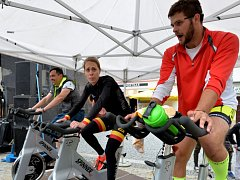 Milan Dzuriak (vpravo), který je tváří Nadačního fondu Cesta proti bolesti, cyklokrosová šampionka Martina Mikulášková a starosta Jirkova Radek Štejnar. Štafetu uzavřel jako 101. jezdec.