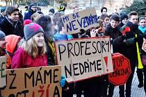 Demonstrace proti ředitelce Polákové byly celkem čtyři. Kraji ji neodvolá.