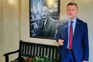 Bývalý dlouholetý senátor a primátor Teplic Jaroslav Kubera má svoji lavičku. Slavnostního odhalení pietního místa v Senátu se zúčastnila vdova Věra Kuberová a také jeho nástupce v obou funkcích v Teplicích Hynek Hanza.