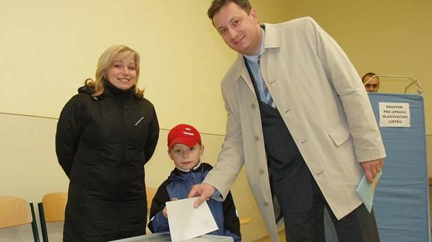 Petr Fiala s rodinou u voleb