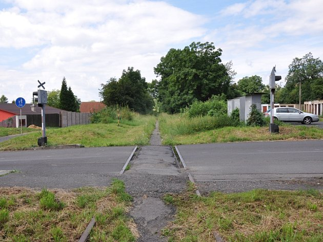 Přejezd kolejí v Teplické ulici v Krupce zarůstá. Technický stav je žalostný.