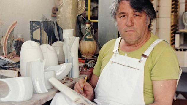 Duchcovská porcelánová manufaktura Royal Dux si letos připomíná 165. výročí svého založení a tím i ty, kteří její historii tvořili.  Prof. Akad. Sochař Václav Šerák , který letos na podzim oslaví své 87. narozeniny, je jedním z nich.