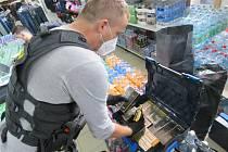 Kontrola a zajištěné zboží v prodejně na Cínovci.