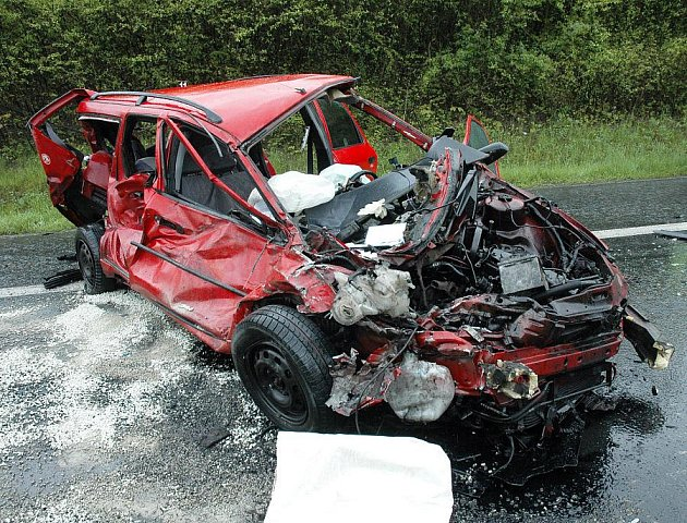 Nehoda osobního auta značky Ford s cisternou