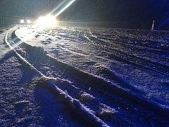Sníh komplikuje život řidičům v Ústeckém kraji. Snímky jsou z nedělního večera z Děčína.