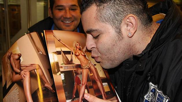 Gui miluje lechtivé erotické časopisy. V pozadí mu sekunduje Marcinho.