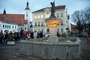 RENOVOVANÁ KAŠNA JE ZPĚT. Centrum náměstí města Bíliny už zase zdobí technická památka se sochou sv. Floriánem. Kašna je nasvícena, což umocňuje ve večerních hodinách atmosféru