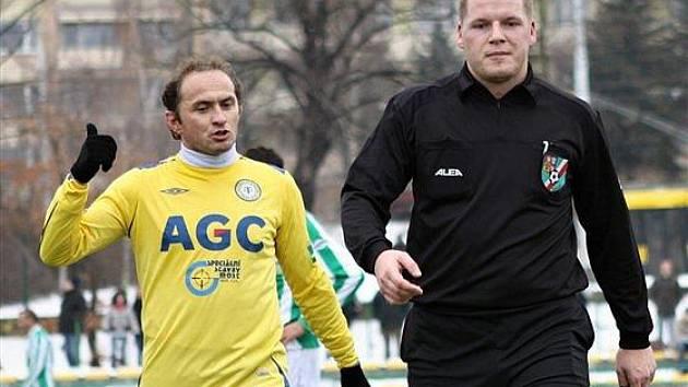 Miloš Vitner coby rozhodčí v debatě s Pavlem Verbířem.