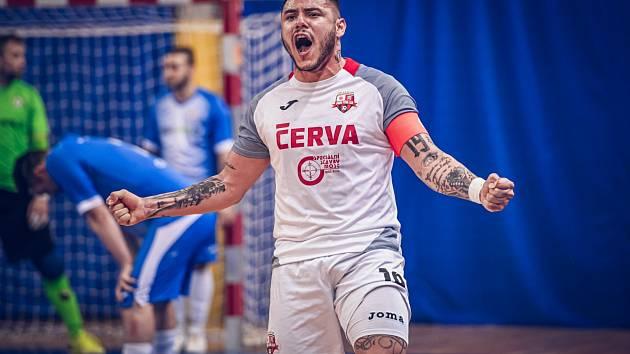Helas Brno - Svarog FC Teplice 2:3. Raduje se kapitán Claudio.