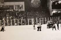 Obrovská radost Litvínova po vítězné brance Rosola v semifinále s Trenčínem. Tento gól znamenal pro Litvínov v roce 1991 postup do finále!
