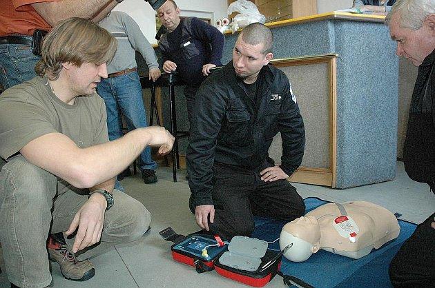Defibrilátory pomohou v Krupce strážníkům zachraňovat životy