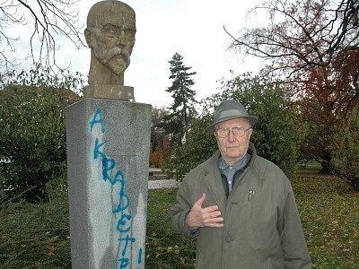 Vandalové pomalovali pomník prezidenta Masaryka.