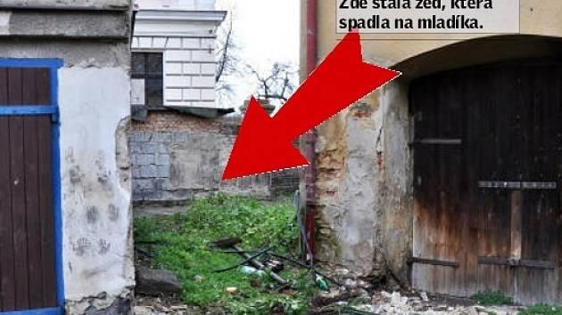 Zeď o rozměrech zhruba 2x2 metry s plechovými vraty spadla na 18letého mladíka.
