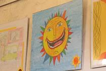 Klienti děčínské Slunečnice vystavují na zámku svá díla.