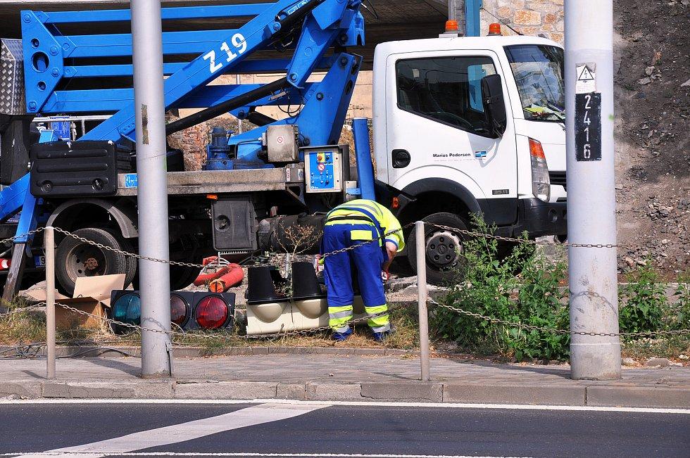 """Instalace nového semaforu u """"myší díry"""" na křižovatce v ulici Hrázní s ulicemi Masarykova a Jankovcova v Teplicích."""