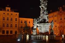 Morový sloup na náměstí Republiky v Duchcově je vidět i za tmy.