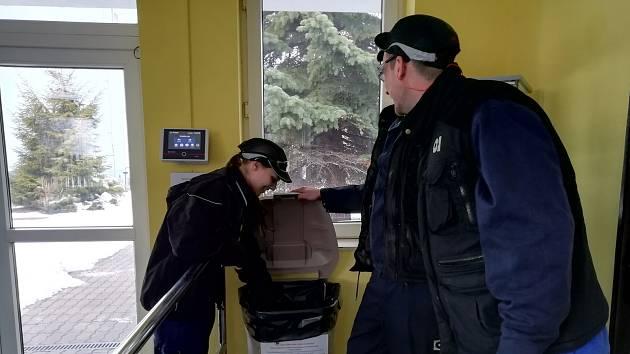 Staré džíny pomáhají díky sklářům.