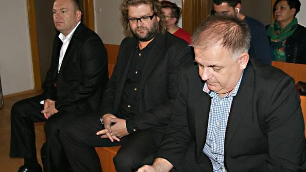 Roman Majerník, Adam Řebíček a Radek Turišin u teplického soudu.