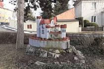 Minihrad v Hostomicích, je postavený ze šamotu z místních sklárenských pecí.