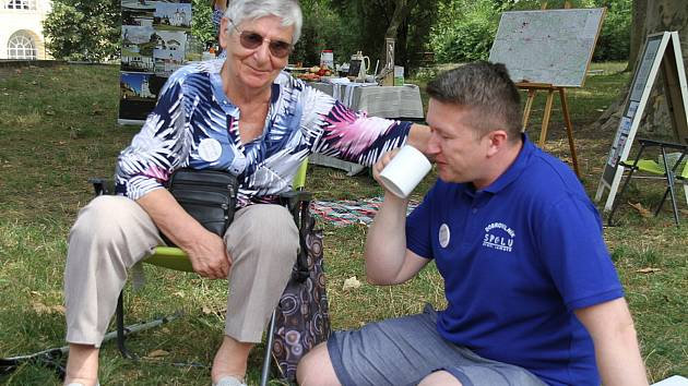 Pokus o rekord. Piknik Spolku Spolu proti samotě v neděli 2. srpna v Zámecké zahradě v Teplicích.
