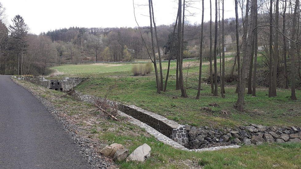 Revitalizované zóny v Bořislavi, kde jsou umělé nádrže v přírodě pro zadržování vody.