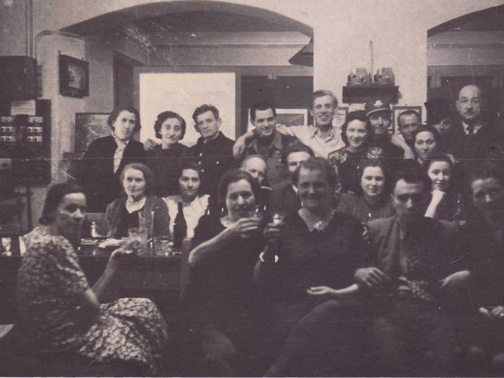 Zaměstnanci nádraží v Oseku v roce 1945.