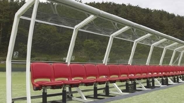 Nové přístřešky pro střídající hrače na teplický stadion.