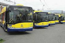 MODERNIZACE VOZOVÉHO PARKU. Město koupilo pět nových trolejbusů, v modrožluté barvě. Včera byly pokřtěny sektem na půdě společnosti Veolia Transport Teplice. Za město se křtu ujal primátor Jaroslav Kubera a jeho náměstek Pavel Šustáček.